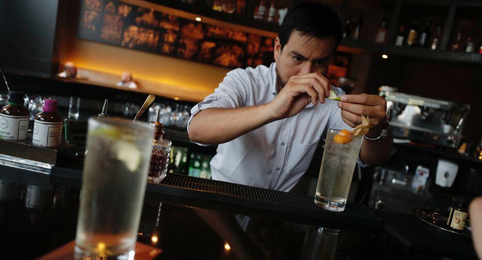 Everson Leyva Alfaro, Jefe de Bar del SOCIAL del Hotel Hilton en acción (Foto: Renzo Salazar / GEC)