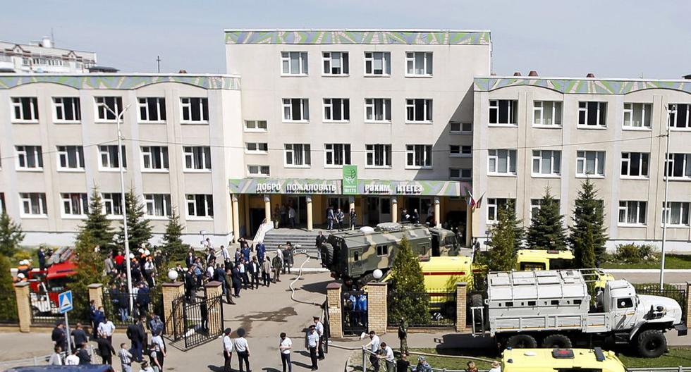 Agentes de la ley y ambulancias son vistos en el lugar de un tiroteo en la escuela No. 175 en Kazán, Rusia. (Roman Kruchinin / AFP).