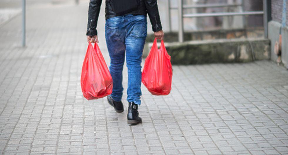 En octubre del año pasado, la entonces presidenta Michelle Bachelet firmó un proyecto para prohibir el uso de bolsas plásticas en más de 100 localidades costeras, y que se aplica en varios lugares.