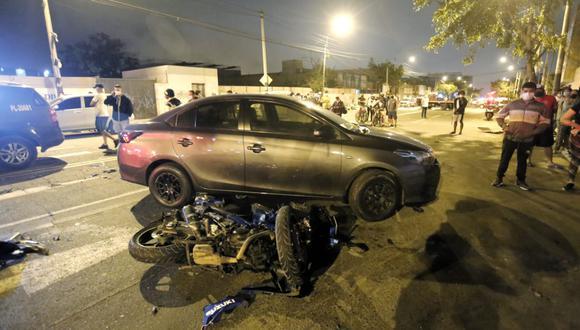 El futbolista intentó dar la vuelta en 'U' y fue impactado por una motocicleta con dos ocupantes. (César Grados - GEC)