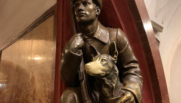 """El perro """"de la suerte"""" es una de las más famosas estatuas de la Plaza de la Revolución del metro de Moscú en Rusia. (Fuente: EFE)"""