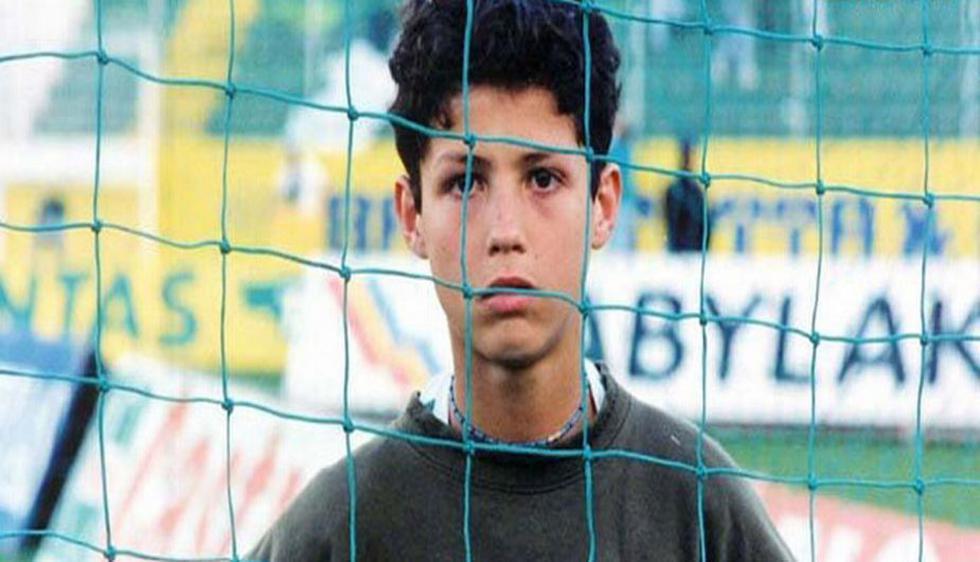Su nombre completo es Cristiano Ronaldo dos Santos Aveiro, y nació el 5 de febrero de 1985 en Funchal, Portugal. Su padre le puso de segundo nombre 'Ronaldo', en homenaje al presidente Ronald Reagan. (Internet)