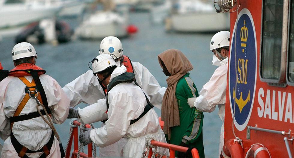 Imagen referencial. Un aspirante a inmigrante llega al puerto de Los Cristianos en la isla canaria española de Tenerife, el 15 de septiembre de 2009. (DESIREE MARTIN / AFP).