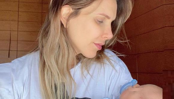 """""""Amamantar a tu bebé es un acto de amor que requiere- entre otras cosas- perder todo tipo de comodidad y vergüenza"""", dijo Juliana Oxenford en Instagram."""