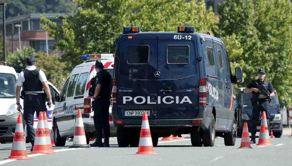 A las 11:00 a.m. de este sábado (hora local, 04:00 a.m. en Lima) se tiene una nueva protesta. En la imagen, la policía francesa registra el equipaje de una persona en Bayona, cerca de Biarritz. (Foto referencial: EFE)