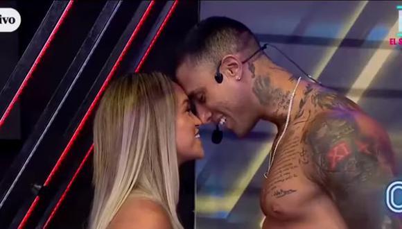"""Angie Arizaga y Jota Benz en coqueteos tras juego de """"narices"""" en 'Esto Es Guerra'. (AméricaTV)"""
