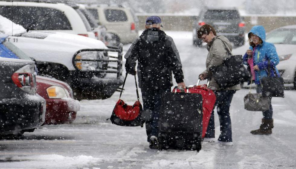 Una poderosa tormenta azotaba hoy gran parte del este de Estados Unidos con lluvias y nieve, y amenazaba con arruinar los viajes de millones de personas por el feriado del Día de Acción de Gracias. (AP)