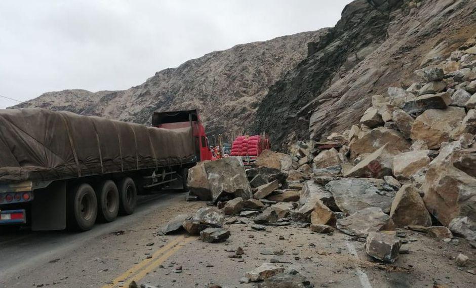 Varios vehículos quedaron varados en la Panamericana Sur por el derrumbe. (Foto: Provías Nacional)
