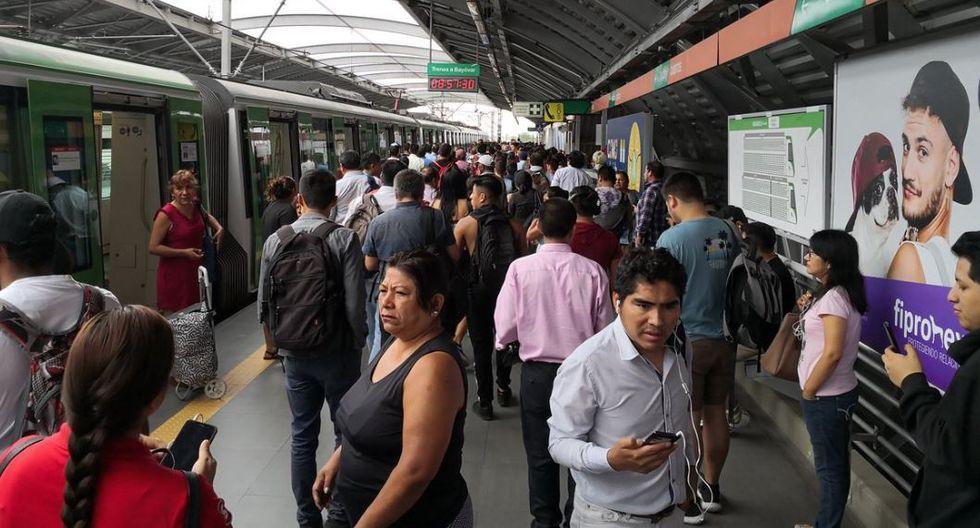 Queja de usuarios en el Metro de Lima por el retraso del servicio. (Foto: Twitter@hadexander)