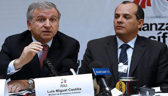 Castilla junto su par de Chile, Felipe Larraín, en el WEF Latam. (AFP)