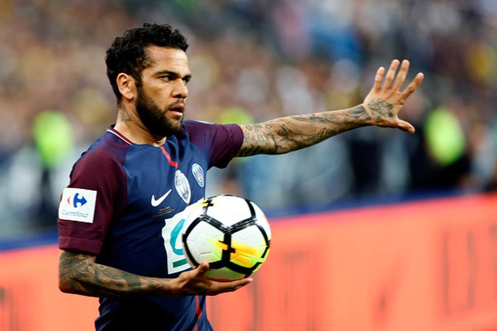 Dani Alves no pisa un campo de juego desde el 8 de mayo, cuando se lesionó durante la final de la Copa de Francia. (GETTY IMAGES)