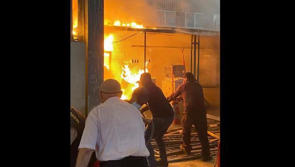 Al menos cuatro unidades del Cuerpo General de Bomberos atendieron el incendio.(Foto: Cortesía)