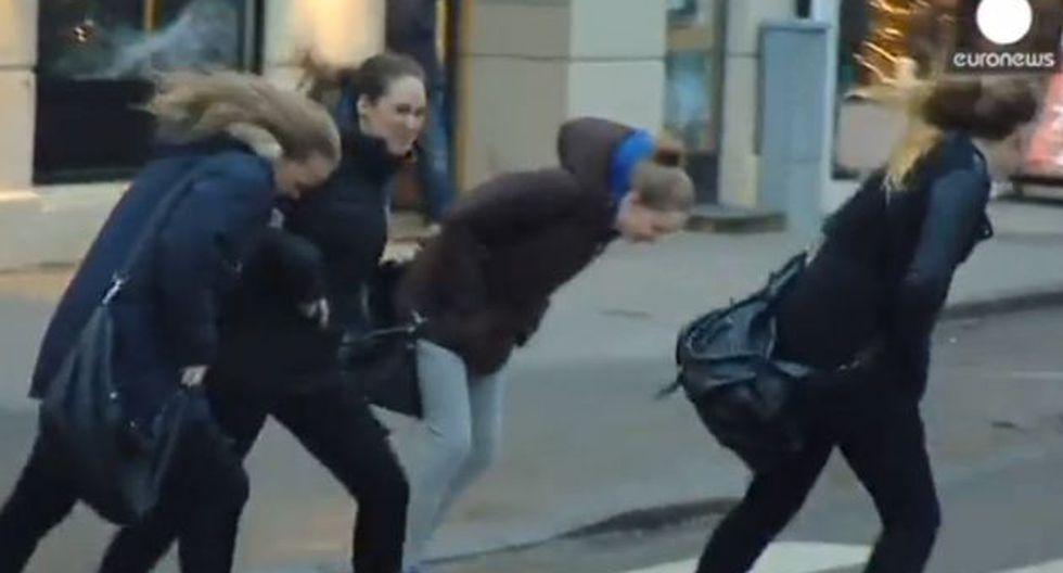 Fuertes vientos por tormenta 'Ivar' casi ponen a 'volar' a las personas. (Captura de YouTube)