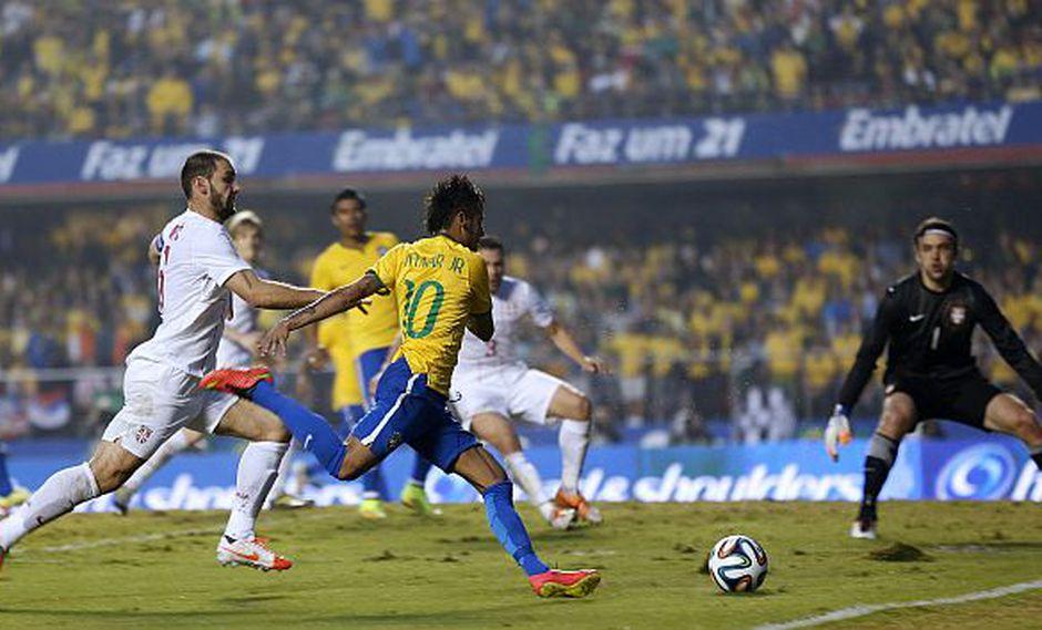 Neymar fue bien controlado por los serbios.  (AP)