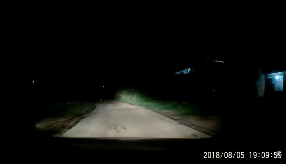 Manejaba de noche por una carretera en Vietnam cuando una preocupante escena lo dejó estupefacto. (YouTube)