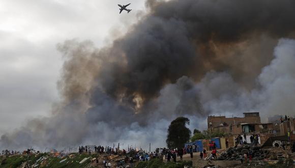 EN LA CALLE. Las familias afectadas lo perdieron todo y se vieron obligadas a dormir en carpas. (Andina)