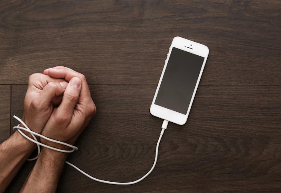 Si te preocupa no ser capaz de dejar este dispositivo, que se ha vuelto imprescindible en nuestras vidas, te enseñaremos un truco para mantenerte alejada del dispositivo. (Internet)