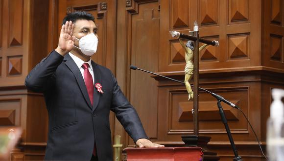 no da la cara. Congresista Zea, profesor y promotor de la FENATE, contrató a abogado acusado. (Foto: Congreso)