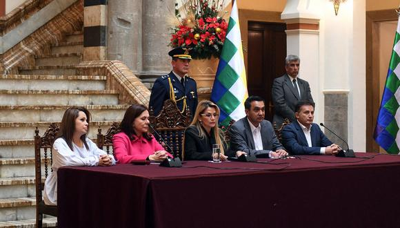 En esta imagen de archivo se aprecia a la expresidenta interina de Bolivia, Jeanine Anez, hablando junto a la canciller boliviana Karen Longaric (2da de la izquierda), la ministra de Comunicaciones Roxana Lizarraga (1ra de la izquierda), el ministro de Gobierno Yerko Núñez (2do derecha) y el ministro de Defensa Fernando Loperz (1ro derecha). (AFP / Presidencia Boliviana)
