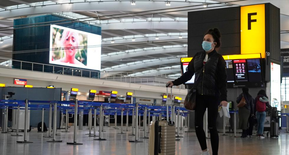 Los viajeros son vistos en una sala casi desierta en la Terminal 5 del aeropuerto de Heathrow, en el oeste de Londres, el 21 de diciembre de 2020. (NIKLAS HALLE'N / AFP).