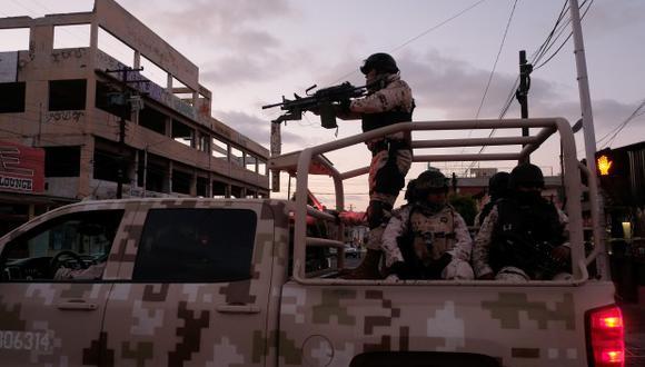 """Miembros del Ejército hallaron en la periferia de la bodega cuatro vehículos y dos camiones cargados con """"huachicol"""". (Foto: AFP)"""