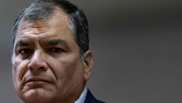 En esta foto de archivo tomada el 9 de octubre de 2019, el expresidente de Ecuador (2007-2017) Rafael Correa hace un gesto durante una conferencia de prensa en el Parlamento Europeo en Bruselas. (AFP/Kenzo TRIBOUILLARD).