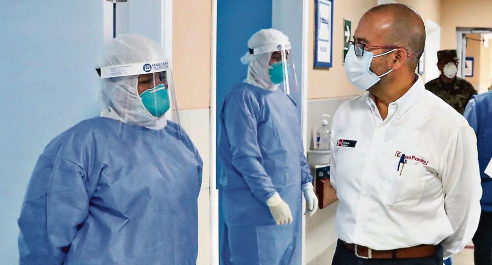 El ministro Víctor Zamora recorriendo las instalaciones del Hospital II Clínica Geriátrica San Isidro Labrador, en Ate, uno de los centros de salud que recibirán a pacientes con coronavirus. (Foto: Presidencia de la República)