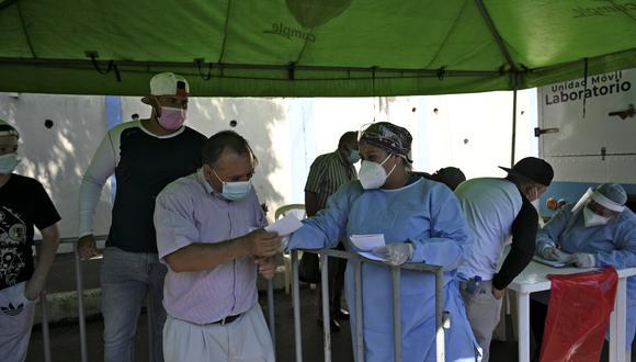 La OPS llamó la atención de que, en las Américas, más de 43 millones de personas han contraído el nuevo coronavirus, de los cuales dos millones se enfermaron durante la última semana. (Foto: Johan ORDONEZ / AFP)