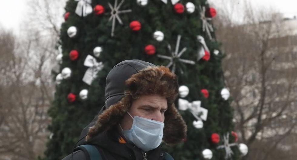 Un hombre con máscara protectora camina por una calle decorada por Navidad en Moscú (Rusia), el 22 de diciembre de 2020. (EFE/EPA/MAXIM SHIPENKOV).