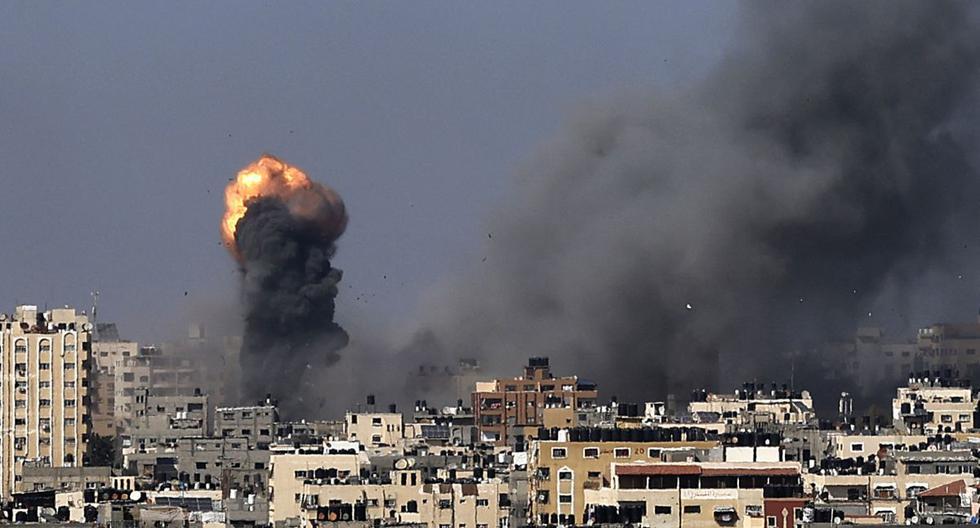 El humo se eleva tras los ataques aéreos israelíes en la ciudad de Gaza el 12 de mayo de 2021, en medio de las hostilidades israelo-palestinas más intensas en siete años. (MAHMUD HAMS / AFP).