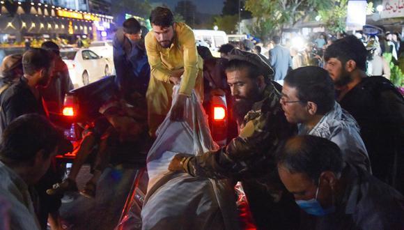 Los heridos graves eran transportados en carretillas y otros vehículos. (Foto: AFP)