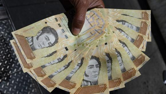 A falta de bolívares en efectivo y colapsada la banca electrónica, el dólar reinó en algunas regiones durante el apagón del pasado 7 de marzo, que paralizó Venezuela durante una semana. (Foto: AFP)
