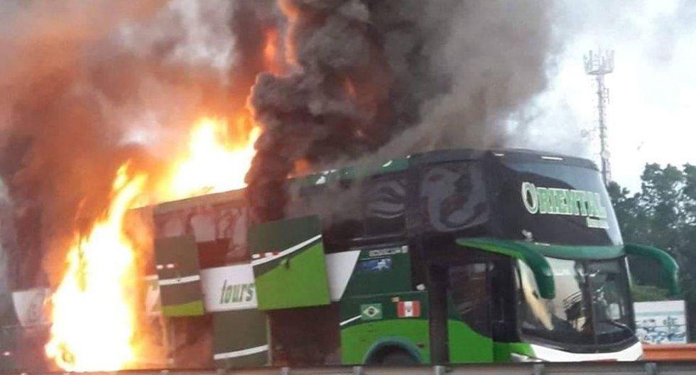 Bus interprovincial se incendió a la altura del kilómetro 7 de la carretera Federico Basadre. (Foto: Alerta Perú/Facebook)