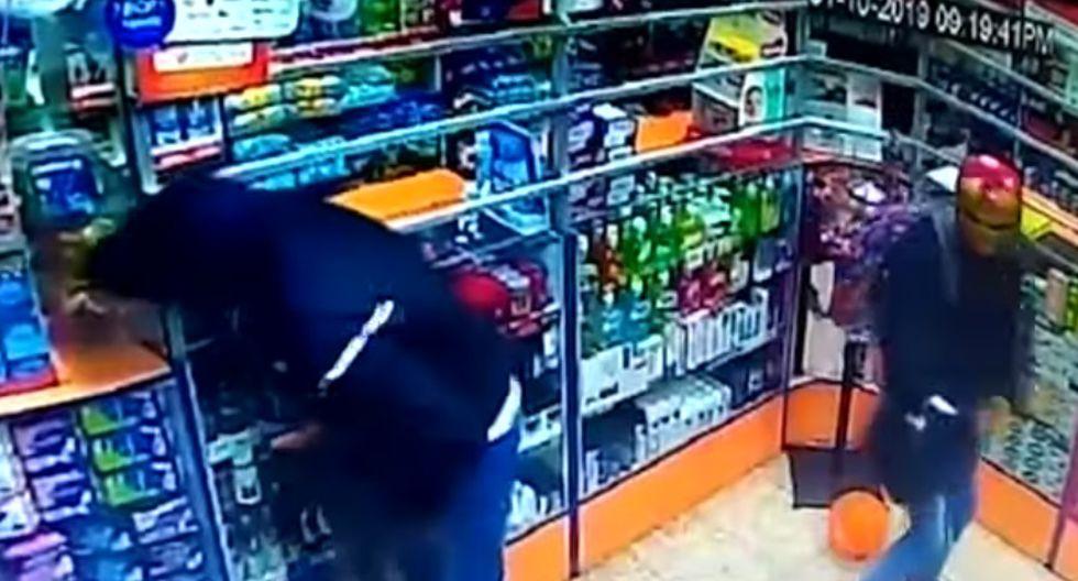 Ladrones ocultaron sus rostros con máscaras de Halloween. (Captura de video)