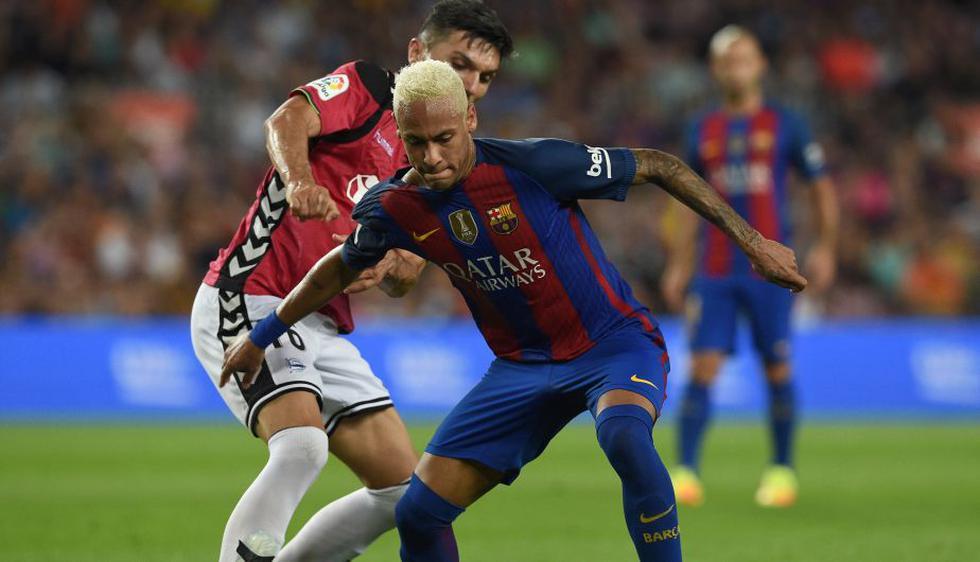 Barcelona cayó 2-1 ante Alavés y cedió la punta de la Liga española a Real Madrid. (AFP)