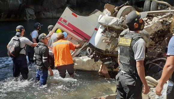Puno: Hasta el lugar del siniestro llegaron agentes de la Policía Nacional para realizar las labores de rescate. (Foto: Difusión)