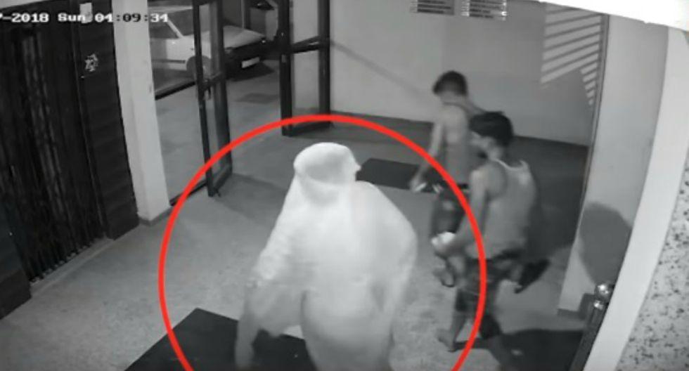 Se dio a conocer que los ladrones se llevaron objetos valorizados en 60.500 rupias indias, lo que asciende a más de 800 dólares. (Foto: Captura/YouTube)