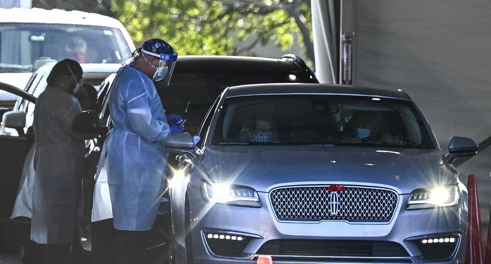 Un trabajador de la salud administra una vacuna contra el coronavirus en un sitio para autoservicio en el Hard Rock Stadium en Miami, Florida, el 1 de febrero de 2021. (CHANDAN KHANNA / AFP).