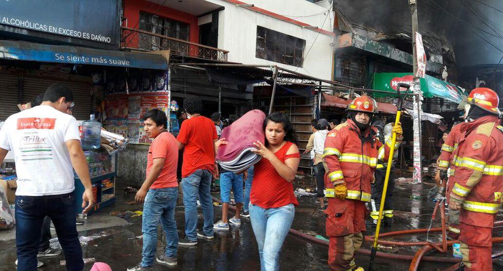 Los bomberos luchan contra el fuego. (ALAN BENITES)