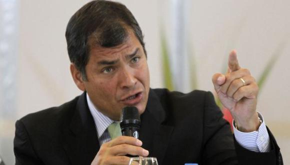 POLÉMICO. El gesto del presidente Rafael Correa hacia la prensa opositora es alabado y criticado a la vez. (Reuters)