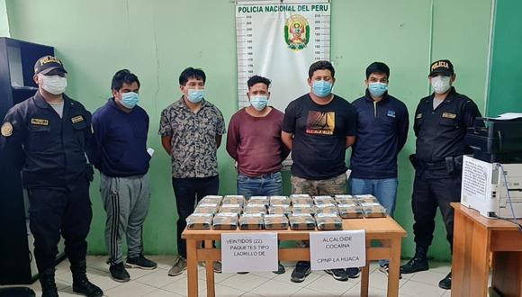 Piura: Agentes policiales detuvieron  a cinco sujetos con 22 kilos de clorhidrato de cocaína escondidos en la maletera de una camioneta, en Paita. (Foto PNP)