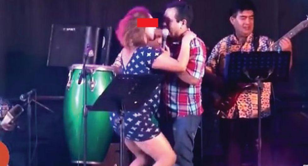 Facebook: Tony Rosado se propasó con mujer y le alzó el vestido en pleno concierto. (Facebook)