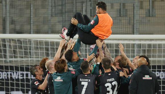 El emotivo homaneja de los jugadores de Werder Bremen a Claudio Pizarro por su retiro del fútbol. (Foto: EFE)