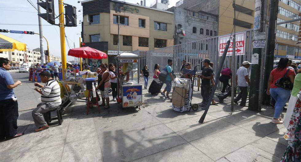En los alrededores del emporio comercial se reporta presencia de ambulantes (Fotos: Mario Zapata)