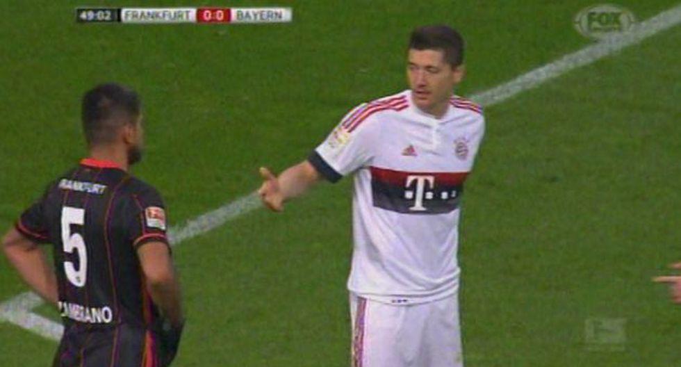 Carlos Zambrano se negó a darle la mano a Robert Lewandowski durante partido. (FOX)