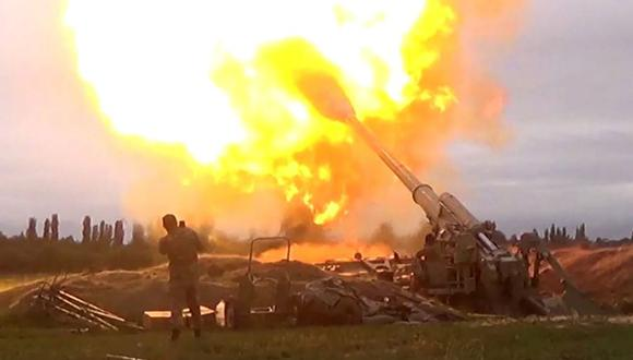 Una captura de imagen tomada de un video disponible en el sitio web oficial del Ministerio de Defensa de Azerbaiyán el 28 de septiembre de 2020, muestra un ataque de artillería azerí hacia las posiciones de los separatistas armenios en la región de Nagorno Karabaj. (Foto: AFP).