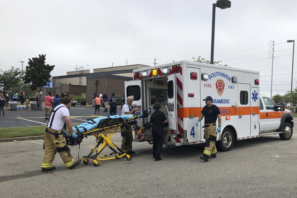 Policía y personal de emergencia respondieron a un tiroteo en una tienda de la cadena Walmart en Misisipi. El incidente dejó dos personas muertas. (Foto: AP)