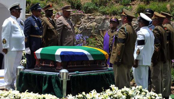 Funcionarios desviaron fondos del funeral de Nelson Mandela. (AP)