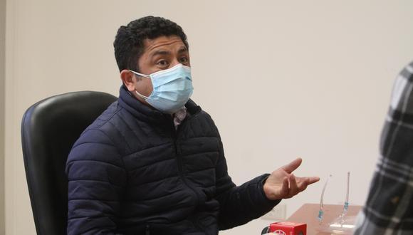 El parlamentario de Perú Libre se mostró incómodo con preguntas de la prensa. (photo.gec)
