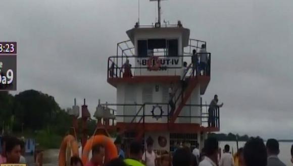 Los nativos mantienen retenida la embarcación. (Foto: Captura/Canal N)